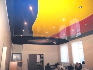 Натяжное полотно разных цветов, полосами на потолке
