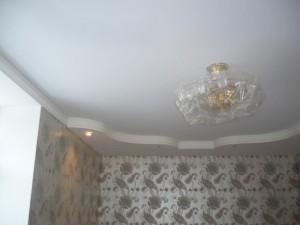 Белый бесшовный потолок