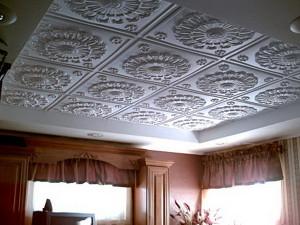 Как правильно клеить плитку на потолок — советы профессионала