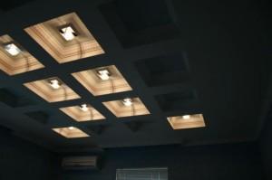 Черно-бежевый потолок