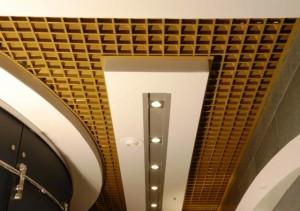 Оформление потолка в коридоре