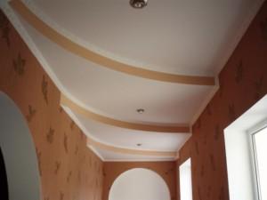 Варианты оформления потолка в коридоре