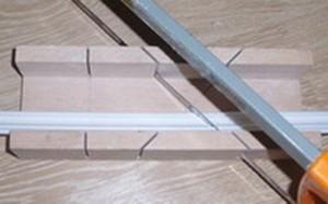 Как резать потолочные плинтуса и правильно их стыковать