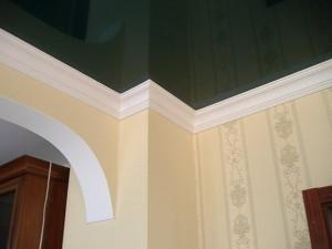 Клеим потолочный плинтус — особенности правильного монтажа