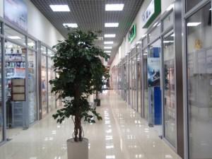 Лампы на потолке вдоль коридора