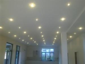 Точечные светильники в несколько рядов