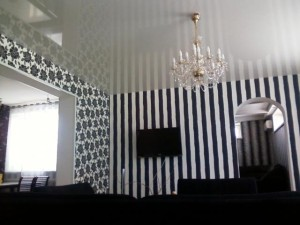 Комната в черно-белых цветах