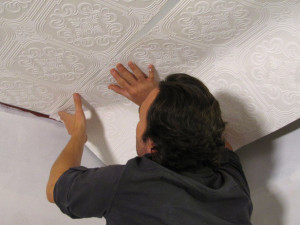 Подробная инструкция, как правильно клеить обои на потолок