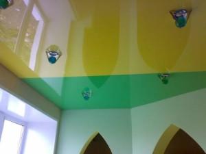 Желто-зеленый потолок