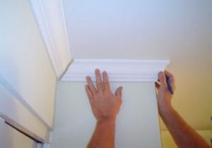 Разбираем, как клеить плинтуса на потолок