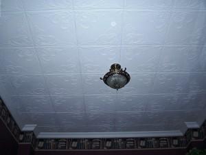 Что сначала клеить обои или плитку потолочную плитку