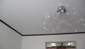 Разбираемся, какой потолок лучше — глянцевый или матовый